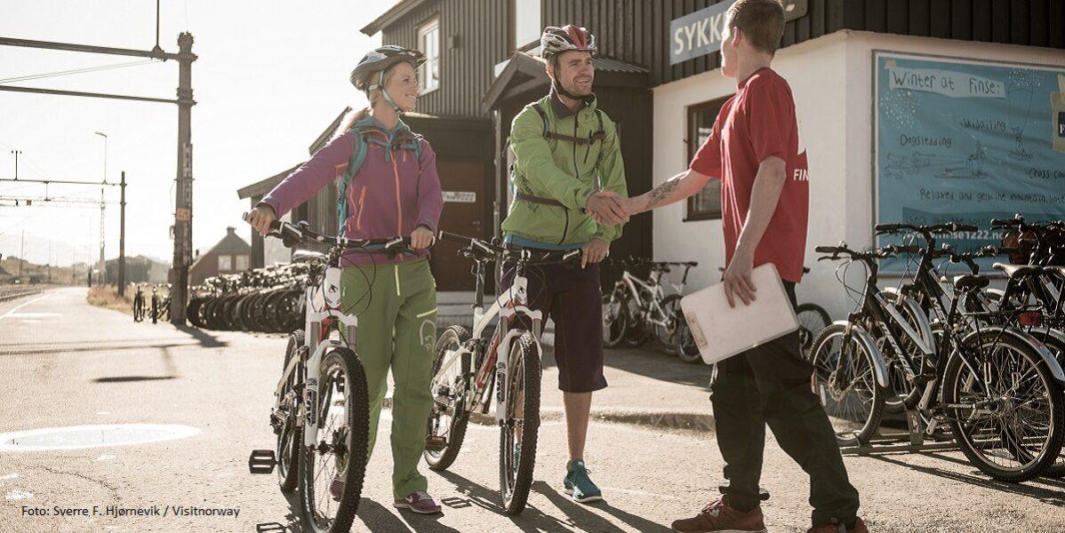 Mann og dame sykkel rallarvegen 1200x600