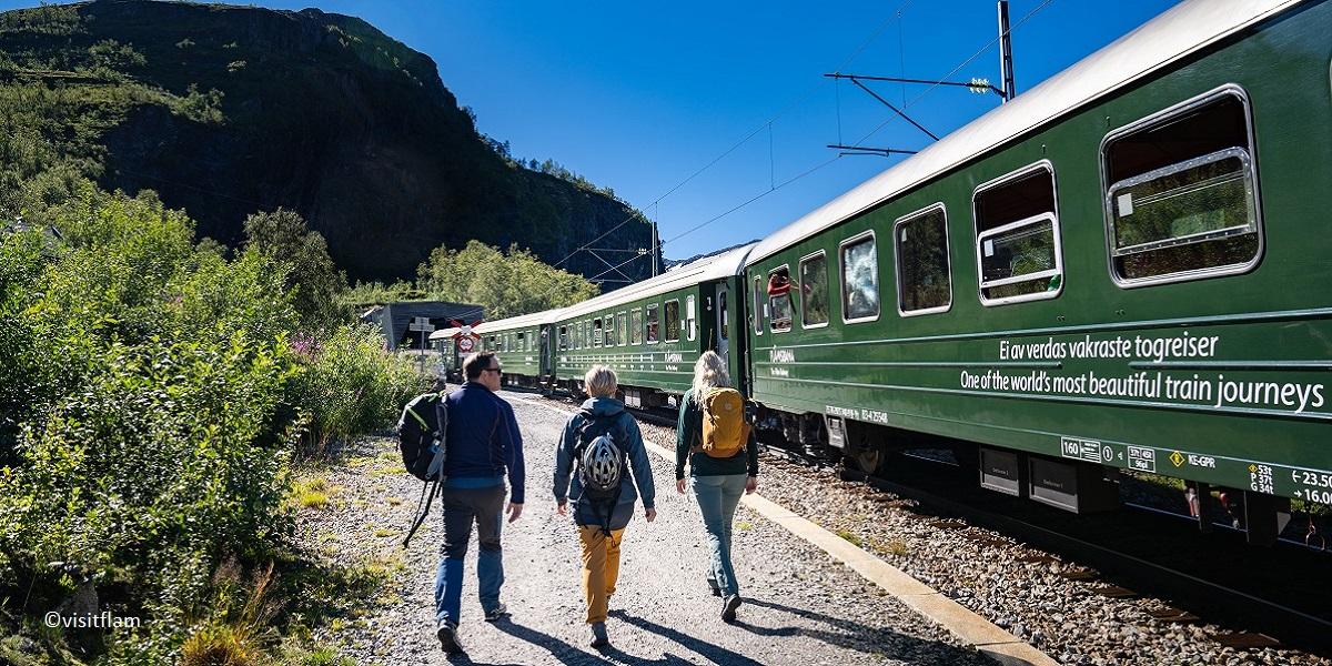 flamsbana_går langs toget 1200x600 visitflam